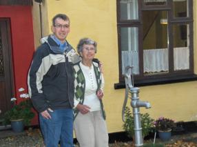 Uffe og Ketty foran huset Vigersted Bygade 2